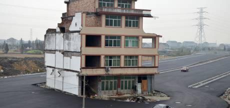 Huis midden op Chinese snelweg omdat echtpaar poot stijf houdt