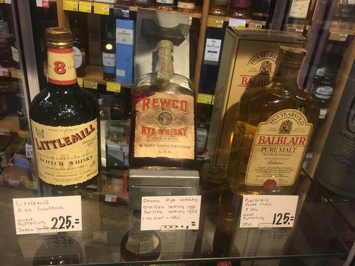 Eeuw oude Rewco whisky uit de tijden van de Amerikaanse drooglegging, in een vitrine bij Gall & Gall in Apeldoorn.