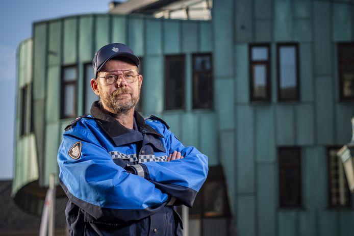 Handhaver Klaas Regter (51). Samen met zijn elf collega-handhavers in Zutphen krijgt hij een coronabonus van 300 euro.
