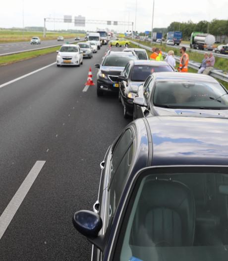 Vijf auto's klappen achterop elkaar op A1 bij Baarn