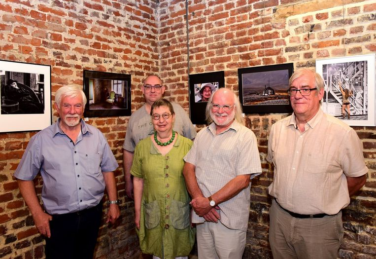 Enkele kunstenaars van het Fotografencollectief De Pajot bij hun foto's