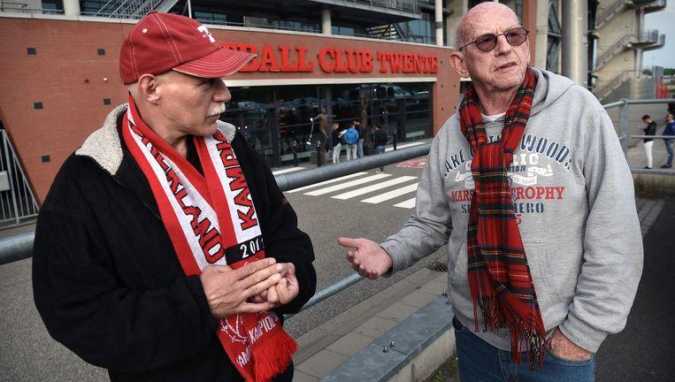 Supporters van FC Twente woensdagavond bij de Grolsch Veste. Veel fans zien het besluit van de KNVB als een hetze tegen hun voetbaltrots. Beeld null