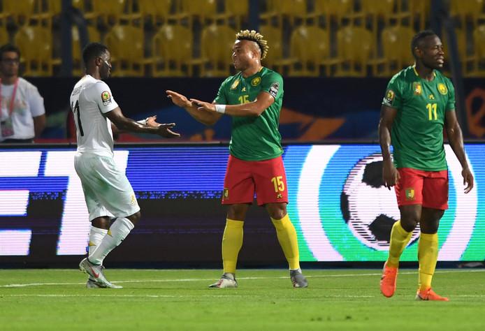 Handjeklap in beeld: Wakaso (Ghana, links) en Kunde Malong (Kameroen) zijn al tijdens hun onderlinge duel in de Afrika Cup blij met de 0-0.