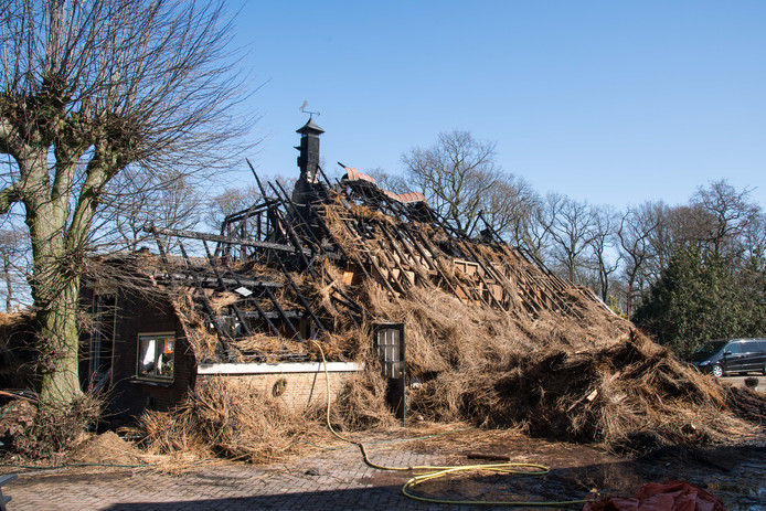 De boerderij van de familie Vliek uit Putten, een dag na de brand.