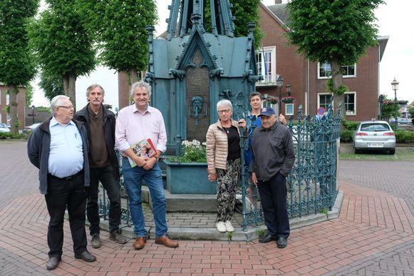 Leden van de werkgroep aan het Monumert der Gesneuvelden op het Heuvelplein.