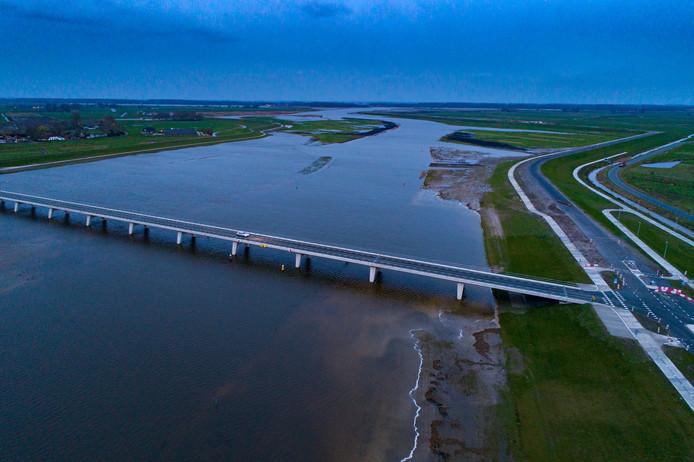 De Nieuwendijkerbrug over de bypass bij Kampen, met zicht richting het Drontermeer.