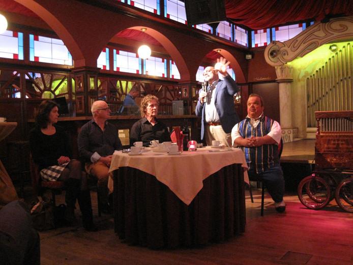 Clown Milco Steyvers bij de presentatie van de Maashorstfair met links zittend de organisatoren van de Maashorstfair.