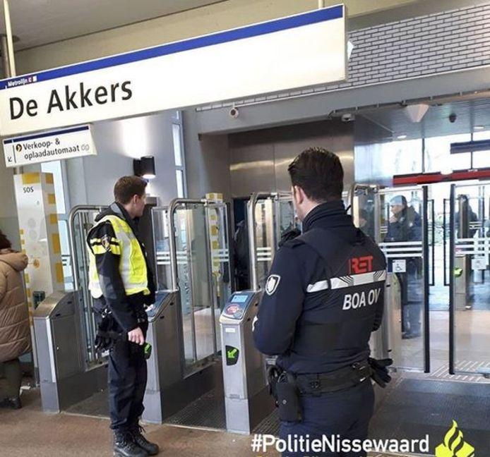 Een controle op messen bij metrostation De Akkers in Spijkenisse.