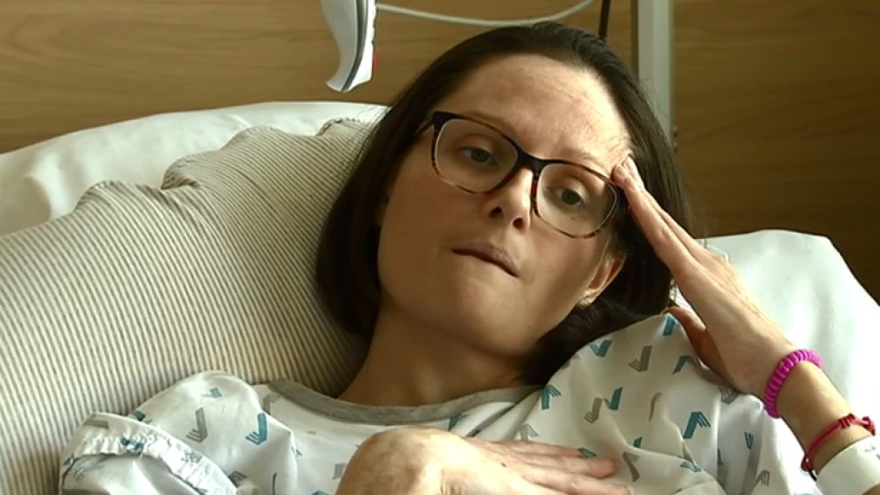"""Karen ligt twee jaar na de aanslagen nog steeds in het ziekenhuis: """"Niemand van de politiek kwam me ooit bezoeken"""""""