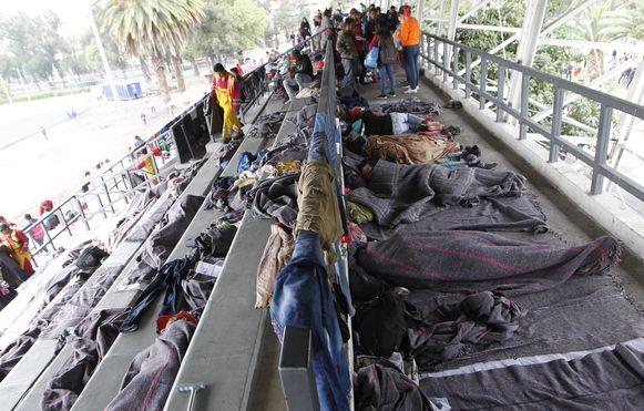 De eerste migranten in het Jesus 'Palillo' Martinez Stadion in Mexico-Stad.