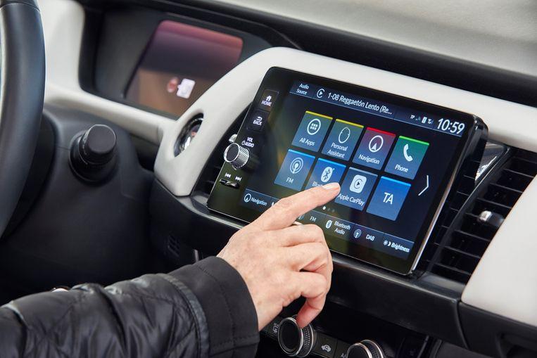 Het gebruiksvriendelijke en goed functionerende entertainment- en informatiescherm helt meer naar achteren dan bij andere auto's; dat is even wennen. Beeld