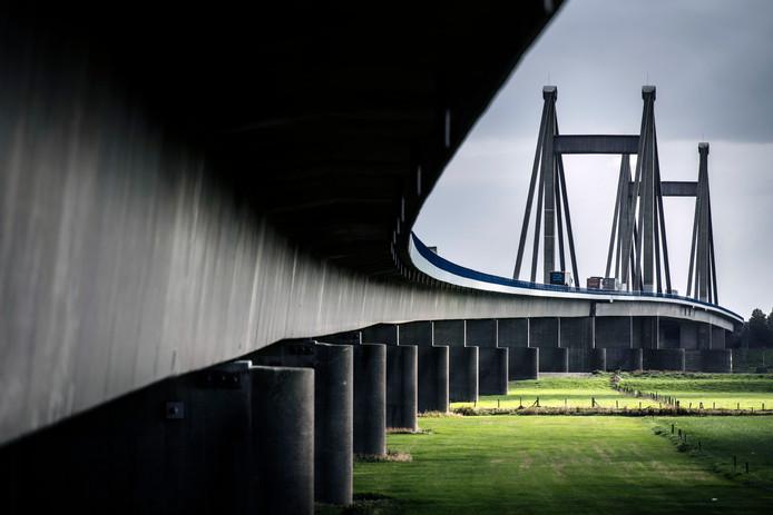 Willem-Alexanderbrug bij Beneden-Leeuwen.
