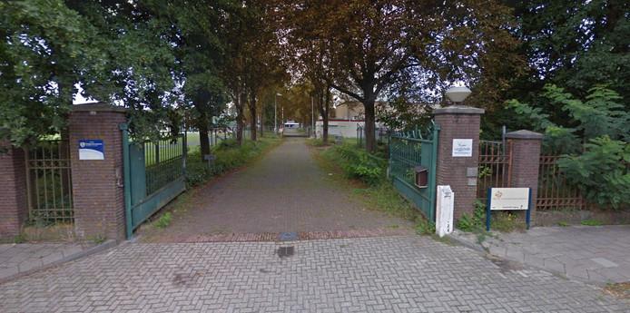 De ingang van het terrein aan de Mecklenburglaan.
