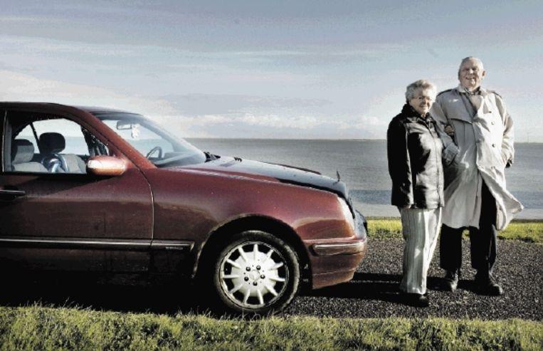 Albert Benthem, zijn vriendin Fenna en zijn geliefde rode Mercedes. 'Ik ben door die Benthem-zaak geen aangenaam mens geworden.' ( FOTO'S REYER BOXEM) Beeld reyer boxem