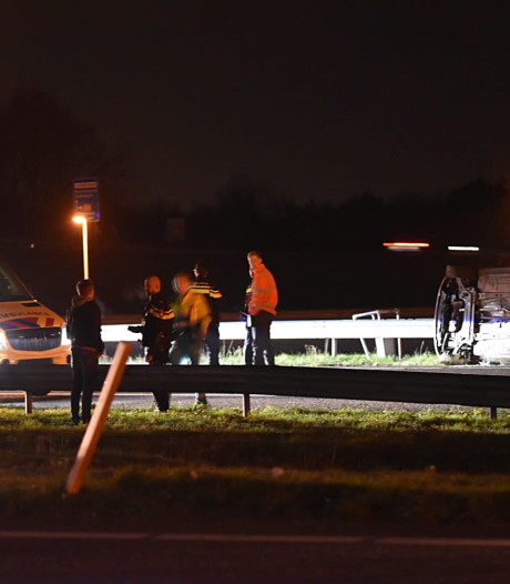 Auto op z'n kant op A58 bij Rucphen