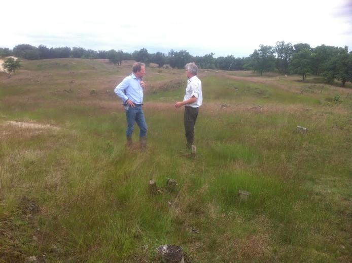 Gedeputeerde Johan van den Hout en boswachter Peter Voorn in de Loonse en Drunense Duinen.