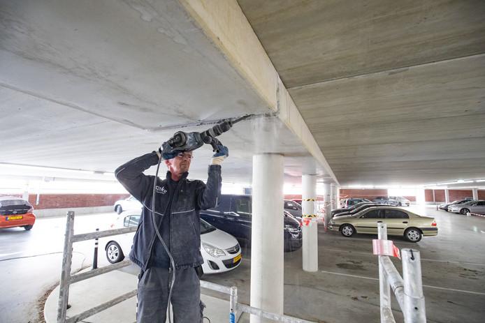 Aannemer Hegeman verwijdert voegen uit parkeergarage Buitenhaven in Kampen.