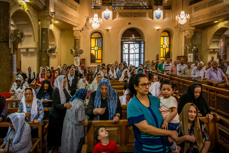 Zondagsmis in een Koptische kerk in Cairo. Vrouwen en mannen zitten gescheiden.