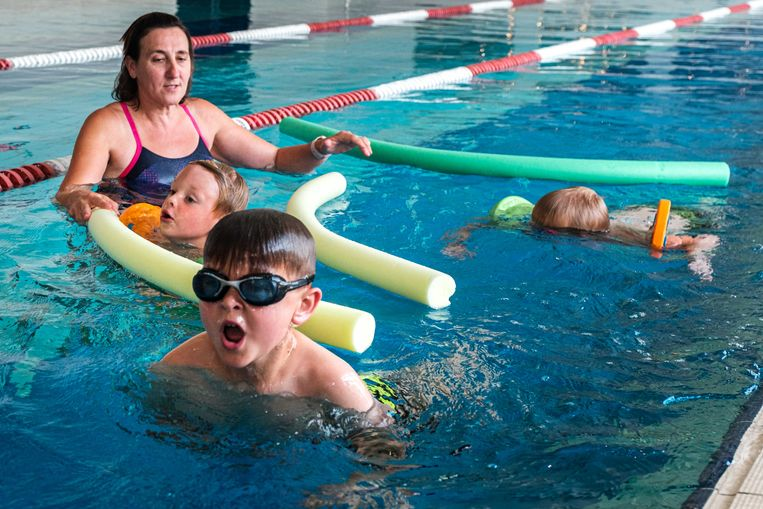 Lieve Cappaert geeft een spoedcursus zwemmen aan Seth, Vic, Nand zodat ze klaar zijn voor de vakantie.