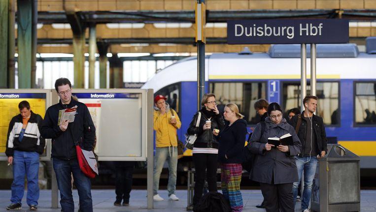 Wachtende treinreizigers op het station van Duisburg. Beeld ap