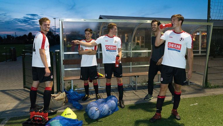 De trotse eigen kweek van AFC IJburg 1: (vlnr) Pim Dekker, Mirko Karamat Ali, Jesse van der Sluis en Rick Imming, met in het zwart fysiotherapeut Niels Heemskerk Beeld Elmer van der Marel