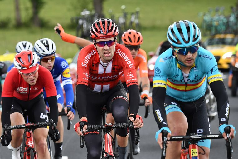 Tom Dumoulin (midden) hier nog in actie in het Critérium du Dauphiné. Hij zou de koers zaterdag verlaten vanwege opnieuw opspelende knieproblemen. Beeld AFP