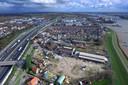 Tussen de A15 en de rivier moet de nieuwe wijk komen, die wordt ontsloten door de Rivierdijk en de Peulenstraat-Zuid.