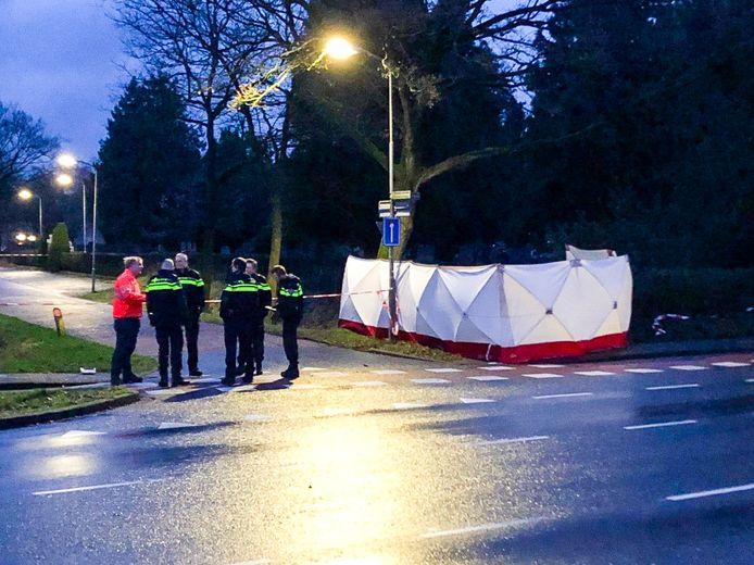 Politie ter plekke aan de Frieswijkstraat in Nijkerk, waar een lichaam is aangetroffen