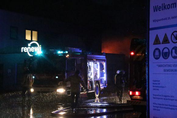 De brand was bijzonder hevig en de vlammen sloegen naar buiten.