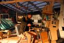 Corné van de Schoor in zijn verrijdbaar atelier dat hij uitsluitend van afval heeft gebouwd