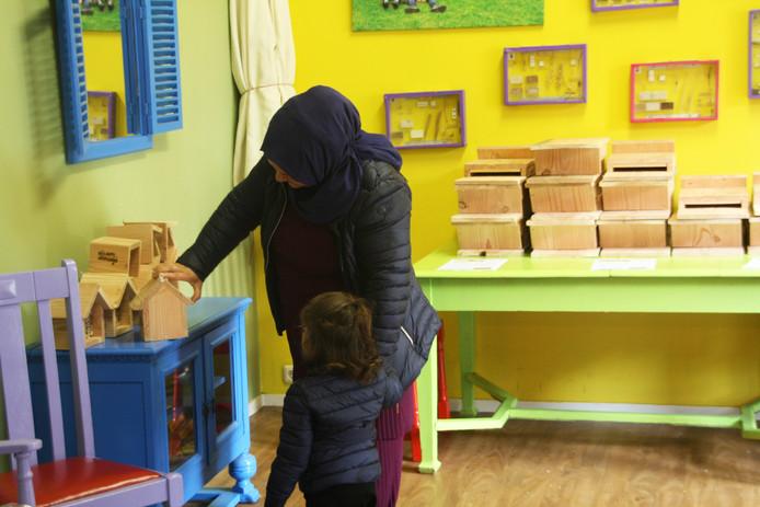 Moeder en dochter bij insectenhotels