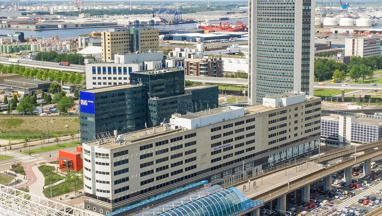 Het voormalige Deloittekantoor (midden)op Sloterdijk wordt binnenkort volledig gestript en opnieuw opgebouwd.Onder NS-station Sloterdijk Beeld OVG