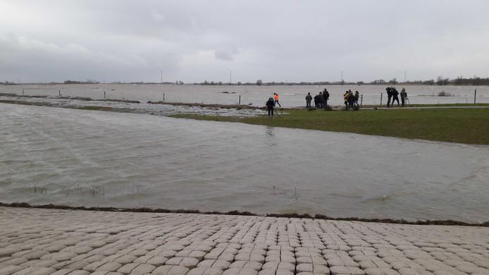 De Noordwaard stroomt maandag vol. Rond half vijf kwam de Merwede over de drempel bij de Bandijk.
