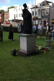 Ossenaren herdenken 75ste sterfdag Titus Brandsma met bloemen, vuur en stilte