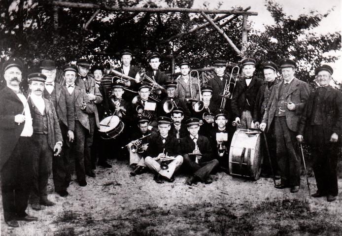 Harmonie Pro Honore et Virtute uit Son en Breugel in het oprichtingsjaar 1912.