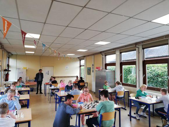 De leerlingen van de Vrije Basisschool en De Zandkorrel in Eernegem namen het tegen elkaar op in een vriendschappelijk schaaktornooi