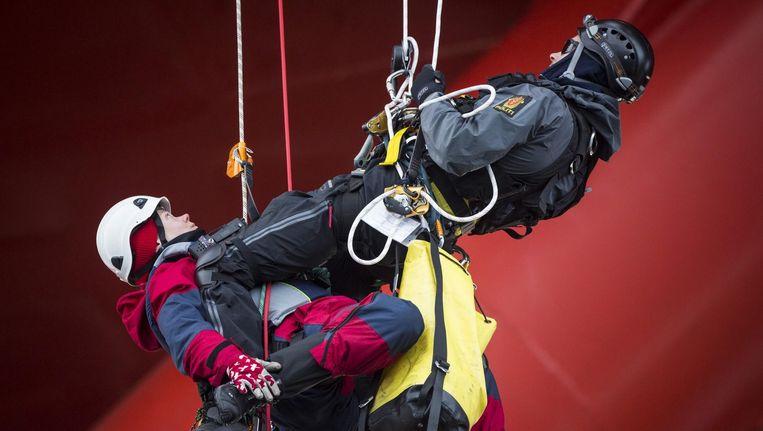 Een Greenpeace-activiste wordt door de politie van het platform Transocean Spitsbergen gehaald. Beeld epa