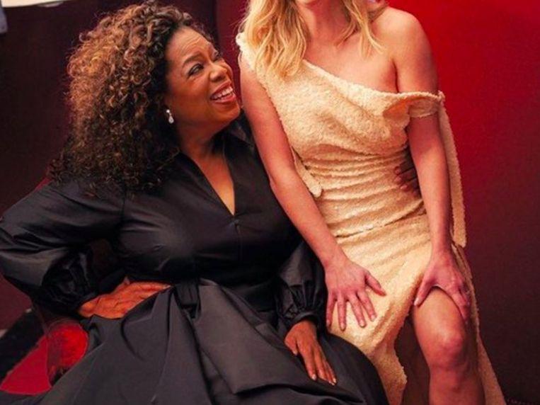 Oprah heeft drie handen op deze foto.