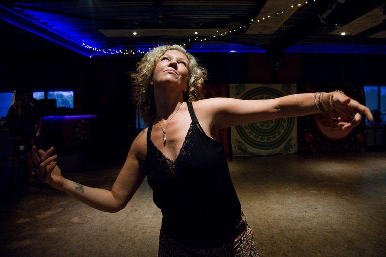 De Bredase Chantal Clarijs neemt deel aan de ecstatic dance avond. Beeld *