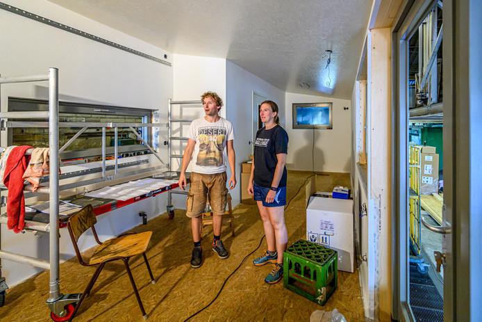 Dion en Heleen willen de aarde en het milieu zo weinig mogelijk belasten en kiezen uit idealistische overwegingen voor een tiny house. Hun thema is: eenvoud.