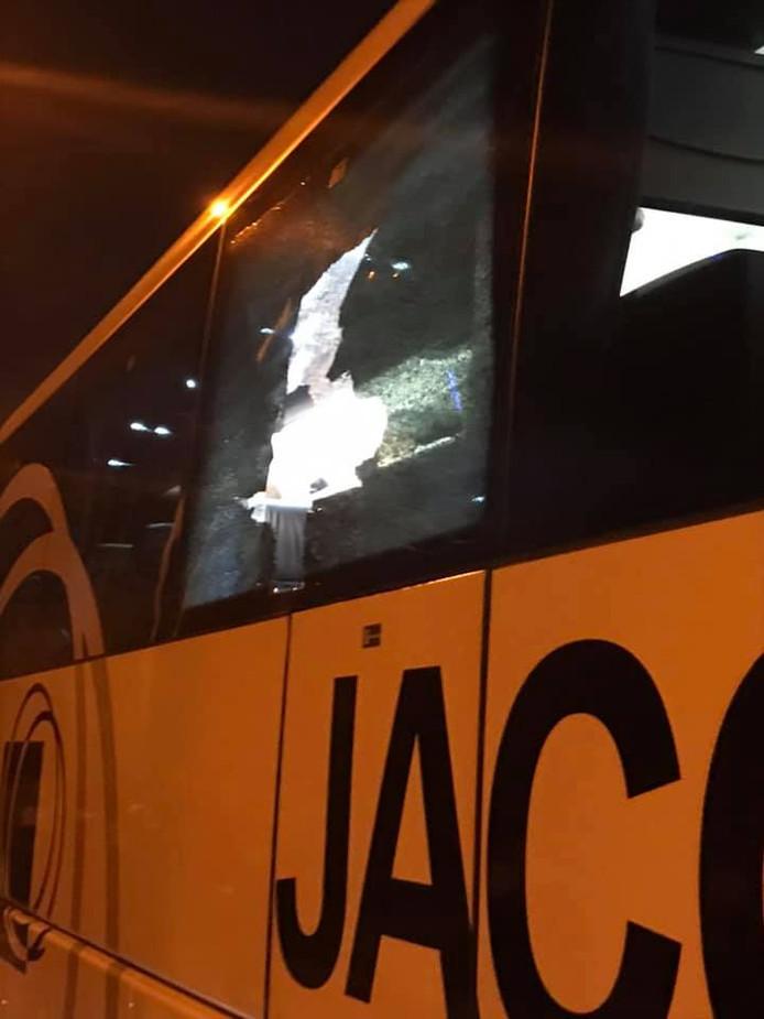 Vele ruiten van Genkse supportersbussen sneuvelden.