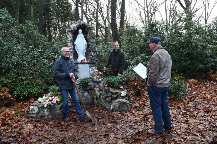 Christ Krijnen, Wim de Jong en Nico de Beer zorgden samen voor de restauratie van grot en beeld in Riel .