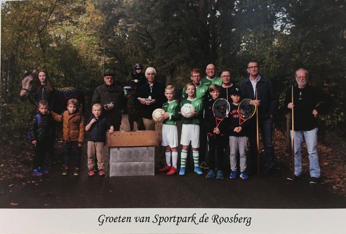 De ansichtkaart die de gebruikers van De Roosberg in Bavel donderdag uitdeelden bij de Bredase gemeenteraad om aandacht te vragen voor de veiligheid bij het sportpark.