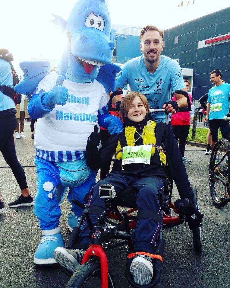 Nico en Johannes met de mascotte van de Marathon van Gent.