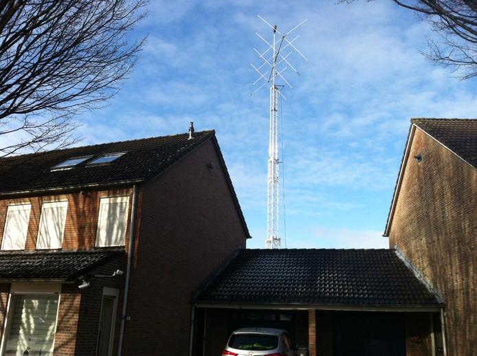De omstreden mast met radioantennes in de Tulpstraat in Oss