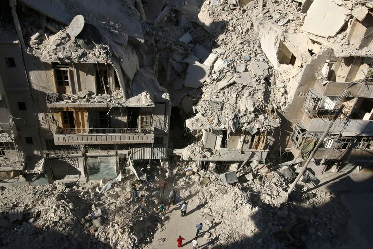 Aleppo na een bombardement gisteren. Beeld reuters