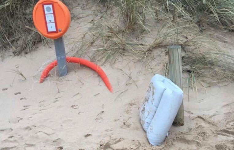 Eén van de twee stoelkussen die gisteren werden gevonden op het strand van het Franse Surtainville, de eerste gevonden restanten van het privévliegtuig dat Sala van Nantes naar Cardiff moest brengen.