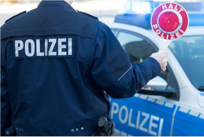 De Duitse en Nederlandse politie hebben samengewerkt om verdachten van diefstal van een aanhanger aan te houden.