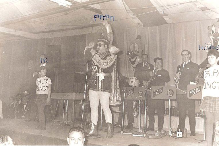 Een foto uit het archief van Mia Sergant. Kamiel op de dag dat hij de titel van keizer krijgt in december 1969. Links staat dochter Mia, rechts dochter Hilde.