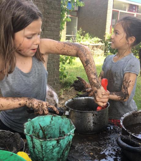 Kinderen Prinses Julianaschool in Lieren komen onder de modder thuis